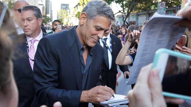 George Clooney firmando autógrafos durante el Festival de Cine de Toronto - ABC