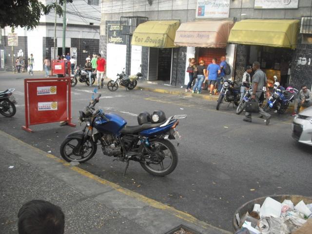 Foto: Inseguridad obliga a comerciantes de Maiquetía a cerrar bien temprano / elvarguense.com