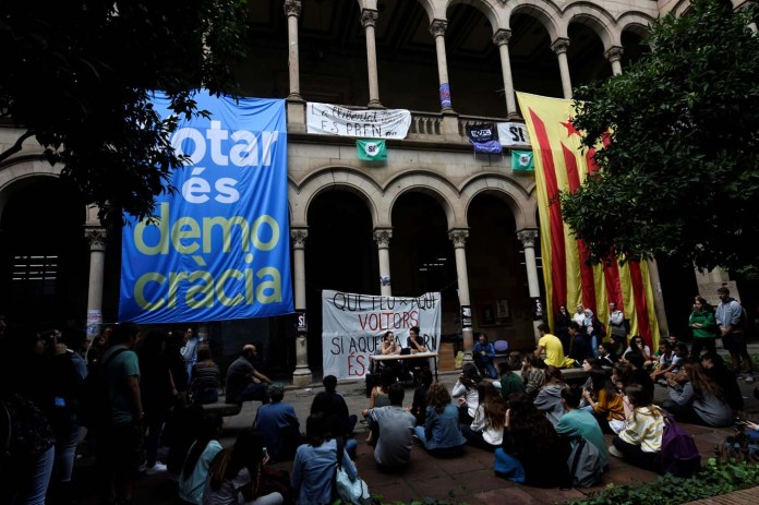 Students gather inside the University of Barcelona's historic building the day after the banned independence referendum in Barcelona, Spain October 2, 2017. REUTERS/Eloy Alonso