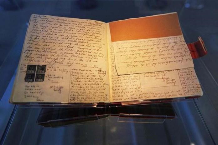 El conocido primer diario de Ana Frank es exhibido en la Casa de Ana Frank en Ámsterdam, 28 de abrilo de 2010. REUTERS/Cris Toala Olivares