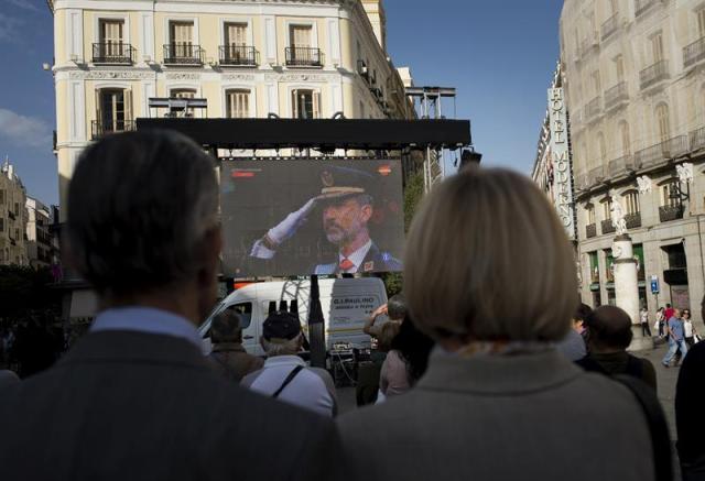 Desfile del Día de la Fiesta Nacional que han presidido hoy los Reyes, y al que ha asistido el Gobierno en pleno, encabezado por Mariano Rajoy, y la mayoría de líderes políticos. El acto consiste en un homenaje a los caídos y un desfile terrestre y aéreo por el paseo de la Castellana, en el que participan unos 3.900 efectivos, entre militares de los tres Ejércitos, guardias civiles, policías y Guardia Real, 84 vehículos y 78 aeronaves. EFE/Zipi
