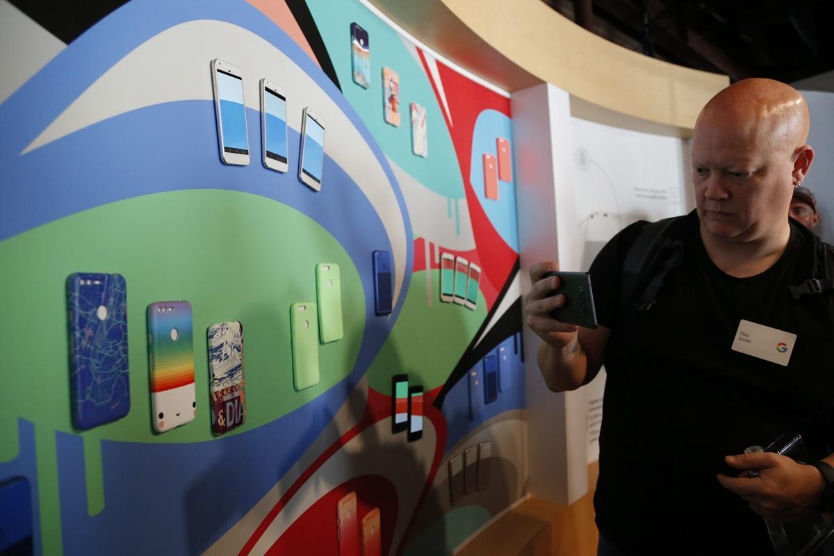 CAL01. CALIFORNIA (ESTADOS UNIDOS), 04/10/2016.- Asistentes toman fotografías de la exhibición del nuevo Google Pixel Phone en su lanzamiento en un evento de Google hoy, martes 4 de octubre 2016, en San Francisco, California (Estados Unidos). EFE/JOHN G MABANGLO