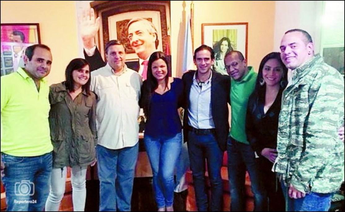 María Gabriela Chávez junto a los los hermanos Vignati... el de la chamisa verde