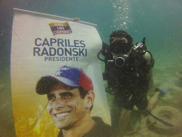 Capriles se lanzó al agua (Foto)