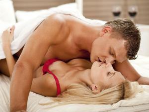 pareja_sexo_cama_copas (1)
