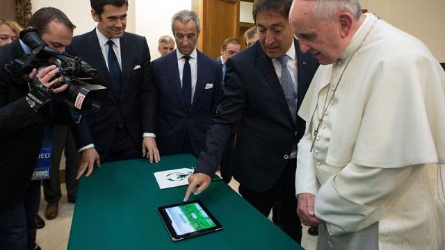 El Papa Francisco no se une a Facebook a pesar de los esfuerzos para reclutarlo. / Foto AP/L' Osservatore Romano