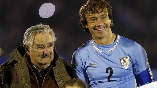 José Mújica, junto al central Diego Lugano (Foto EFE)