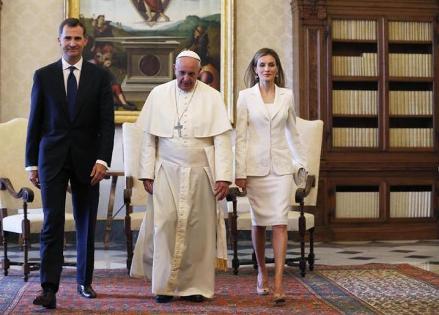 Foto: El papa Francisco (centro) conversa con el rey Felipe VI (izda) y la reina Letizia (dcha) durante una audiencia privada en el Vaticano. EFE/Alessandro Bianchi