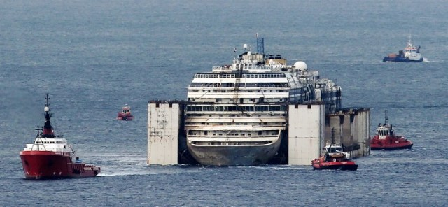 TOPSHOTS-ITALY-SHIPPING-TOURISM-DISASTER-SALVAGE