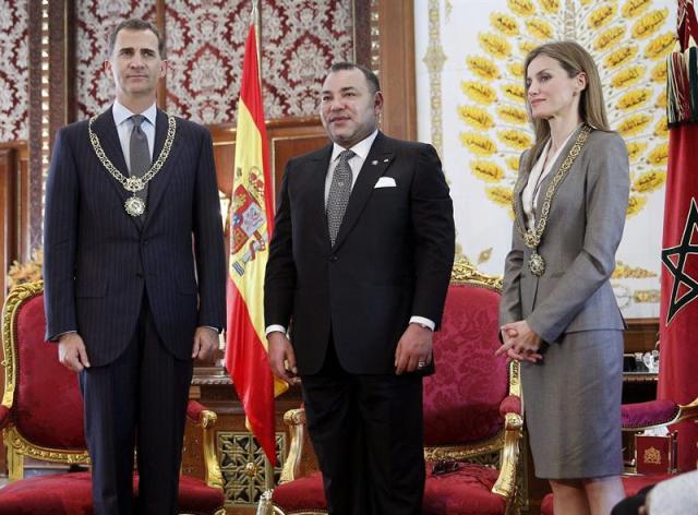 El Rey de Marruecos, Mohamed VI, con los Reyes Felipe VI y Letizia en el Palacio Real de Rabat, donde han sido recibidos con honores militares. Foto EFE