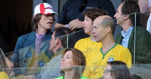 Mick Jagger en un palco en el estadio Mineirão, presenciando el juego Brasil - Alemania. / Foto UOL