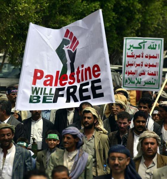 Ciudadanos yemeníes gritan consignas durante una protesta en contra de la ofensiva israelí en Gaza, en Saná, Yemen. Foto EFE
