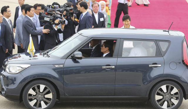 El papa Francisco abandona a bordo de un pequeño utilitario el aeropuerto tras aterrizar en Seúl  (Foto EFE)