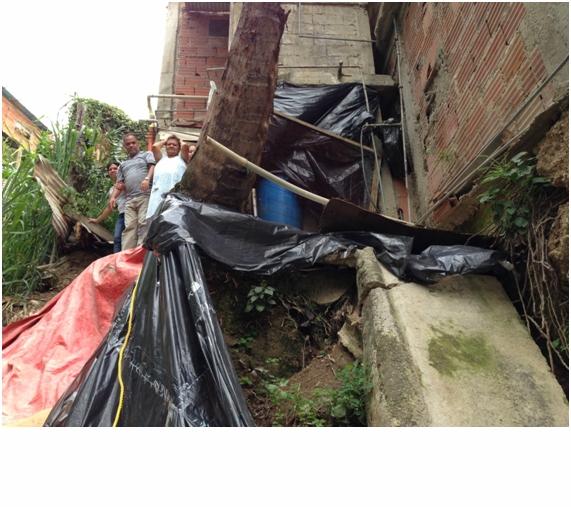 En peligro una de las casas construidas al margen de la quebrada