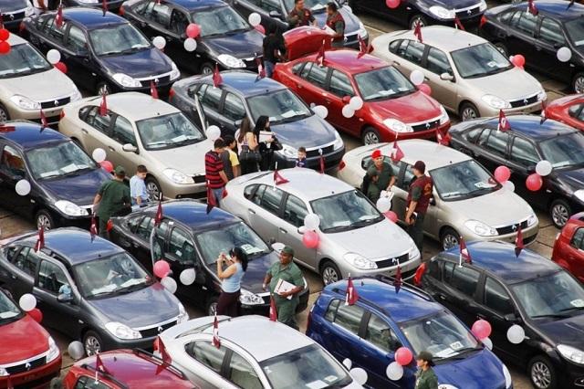 En el Fuerte Tiuna, en el sur de Caracas, cientos de automóviles nuevos chinos relucían en los estacionamientos, después que el ex ministro de Defensa, Diego Molero, se comprometiera en mayo del año pasado en la compra de 20 mil autos por las fuerzas armadas. / Foto archivo