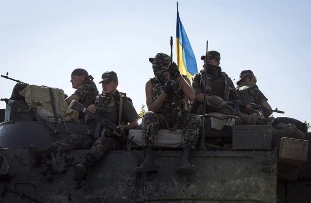 Soldados ucranianos, fotografiados a bordo de un tanque a las afueras de Slaviansk, en el este de Ucrania, hoy, miércoles 3 de septiembre de 2014. Los separatistas prorrusos del este de Ucrania aseguraron hoy que Kiev no consensuó con ellos el anuncio del alto el fuego y condicionaron la tregua a la retirada de las tropas ucranianas de las rebeldes regiones de Donetsk y Lugansk. EFE/Roman Pilipey
