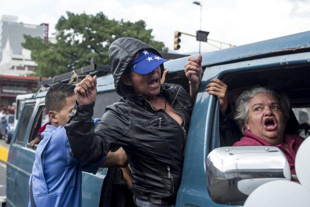 COLECTIVOS CHAVISTAS ENTIERRAN A LOS CINCO ABATIDOS POR LA POLICÍA VENEZOLANA