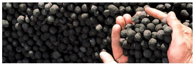Las pellas (pellets en inglés) son aglomerados esféricos de particulas finas de mineral de hierro mezclado con diversos aglomerantes y aditivos (caliza, dolomita, combustibles sólidos, otros), los cuales son consolidados a altas temperaturas, para alimentación de altos hornos para la fabricación de productos de acero
