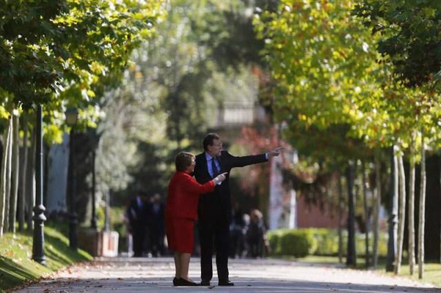 El presidente del Gobierno español, Mariano Rajoy (d), junto a la presidenta de Chile, Michelle Bachelet, momentos antes de la rueda de prensa que han ofrecido hoy tras reunirse en el Palacio de La Moncloa. EFE/Juan Carlos Hidalgo