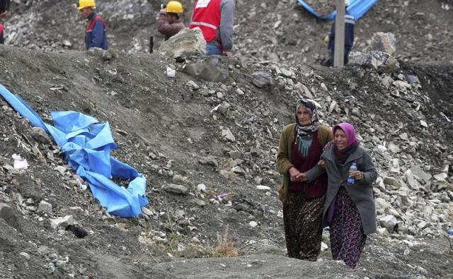 Familiares de los 18 mineros que continúan atrapados en un pozo de carbón, en Karaman, Turquía, esperan noticias de sus seres queridos, hoy, jueves 30 de octubre de 2014. Las labores de rescate de los 18 trabajadores continúan hoy, con escasas esperanzas de encontrarlos con vida y, según denuncia la oposición, en un ambiente caótico y sin los medios adecuados. El pasado martes, un derrumbe en la mina, con una profundidad de 375 metros, abrió una vía de agua y provocó una inundación que atrapó a 18 obreros que se hallaban en las galerías del fondo. EFE/STR