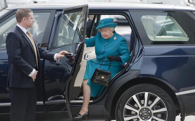 La reina Isabel II de Inglaterra llega a la nueva planta de la firma Jaguar Landrover en Wolverhampton (Reino Unido) hoy, jueves 30 de octubre de 2014. La reina Isabel II y el príncipe Felipe, duque de Edimburgo, visitaron el nuevo centro de fabricación de motores de la marca que empezará a funcionar en 2015. EFE/Will Oliver