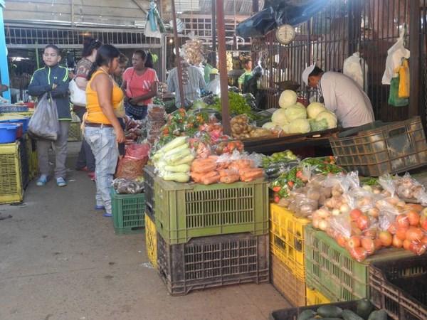Los consumidores se pasean de puesto en puesto, en busca de ofertas en los rubros Foto Jairo Esteves