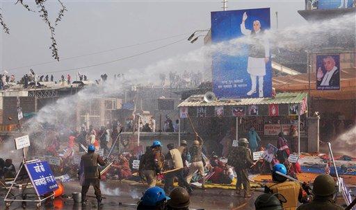 Foto: La policía india emplea garrotes y un cañón de agua para dispersar a seguidores de el polémico gurú indio Sant Rampal, durante una redada de la policía para localizarle en el estado de Haryana / AP