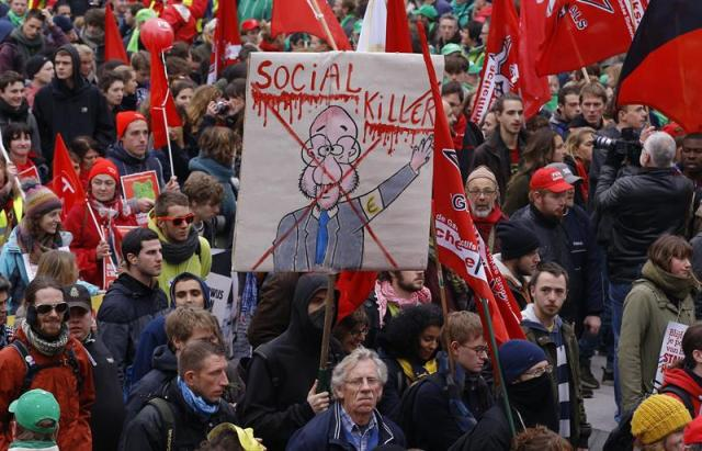 Manifestantes protestan en Bruselas (Bélgica) hoy, jueves 6 de noviembre de 2014. Se estima una participación de unas 100.000 personas en esta manifestación contra los recortes del gobierno y las nuevas medidas de austeridad anunciadas por el mismo. EFE/Julien Warnand