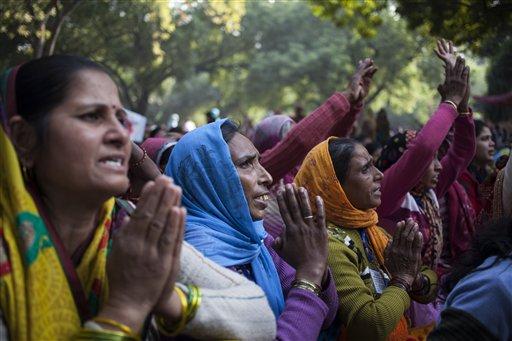 Seguidores del polémico gurú indio Sant Rampal rezan reunidos para mostrar su apoyo en una protesta cerca del parlamento indio en Nueva Delhi  / AP