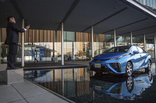 Un visitante fotografía el primer coche con pila de hidrógeno, bautizado como Mirai, de Toyota, durante su presentación en Tokio (Japón) hoy, martes 18 de noviembre de 2014. Toyota Motor anunció hoy que comenzará a vender el vehículo el 15 de diciembre en Japón, lo que lo convierte en el primer vehículo de este tipo producido en serie que sale al mercado. El precio recomendado de venta al público, impuestos incluidos, es de 7.236.000 yenes (49.786 euros/62.094 dólares), según explicó la empresa con sede en Aichi en un comunicado. EFE/Christopher Jue