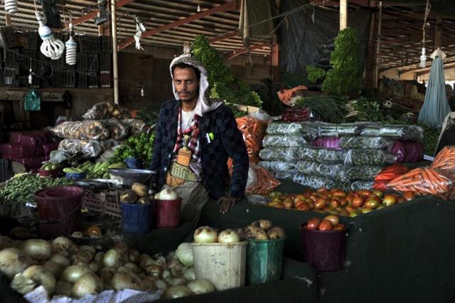 Un vendedor yemení en un mercado de Saná, Yemen, hoy 18 de noviembre de 2014. El Banco Central de Yemen declaró el pasado agosto que la inflación se situaba en el 10%. Entre 2006 y 2014, la media de la inflación ha sido de un 11,36%, alcanzando la cifra más alta, 24,77%, en octubre de 2011 y la más baja, 1,10%, en marzo de 2009. EFE/Yahya Arhab