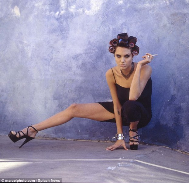 244B9DC000000578-2889391-Well_heeled_Angelina_showed_off_her_shapely_legs_in_one_shot_as_-m-30_1419807234402
