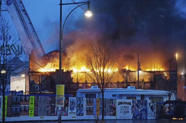 Bomberos luchan por extinguir el incendio declarado en un mercado navidelo en la Alexanderplatz, en el centro de Berlín (Alemania), hoy, lunes 22 de diciembre de 2014. Las calles aledañas al mercado tuvieron que ser cerradas a causa del fuerte humo originado por el fuego, en el que nadie resultó herido. EFE/Paul Zinken