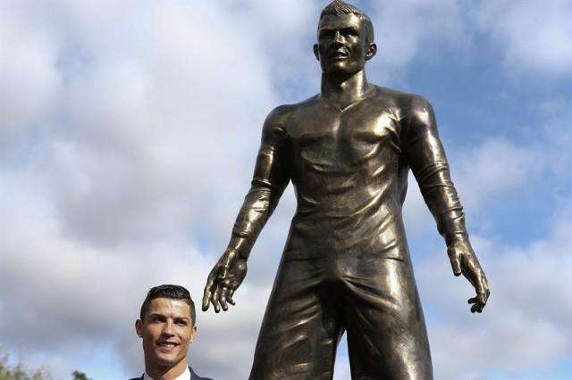 Cristiano Ronaldo-estatua Madeira (2)