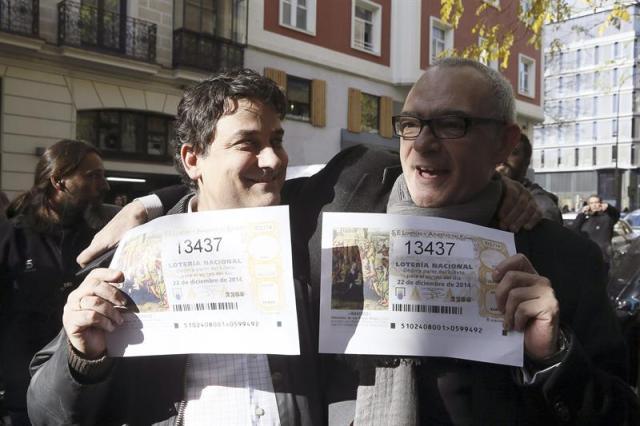 Celebración en la administración número 76 de la calle Zurbano de Madrid que ha hoy repartido 472 millones de euros del primer premio del Sorteo Extraordinario de la Lotería de Navidad, el 13.437. EFE/JuanJo Martín