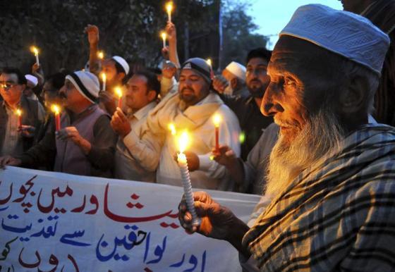 Foto: Simpatizantes del Partido Awami National (ANP) encienden velas, en Hyderabad en memoria de las víctimas del ataque talibán perpetrado el martes en un colegio paquistaní en Peshawar.  El ejército paquistaní bombardeó ayer objetivos talibanes en la provincia noroccidental de Khyber-Pakhtunkhwa, de la que Peshawar es capital, dejando al menos 57 supuestos insurgentes muertos. EFE/Nadeem Khawer