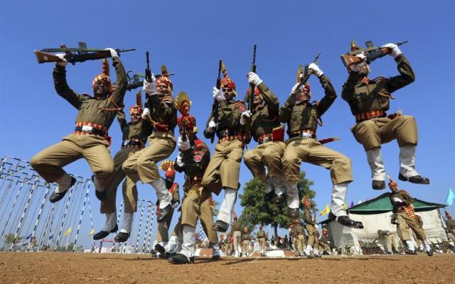 Militares recién graduados saltan durante un desfile en Bhopal (India) hoy, lunes 29 de diciembre de 2014. Cercad e 430 cadetes se han graduado tras completar su entrenamiento militar. EFE/Sanjeev Gupta