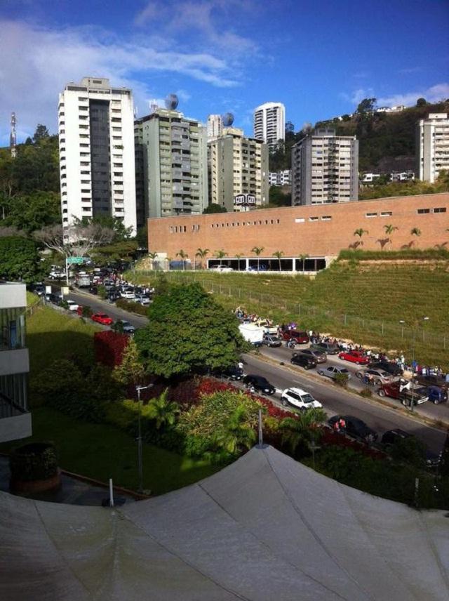 la cola de gente supera los 200 metros de largo / Foto @ecoworld111