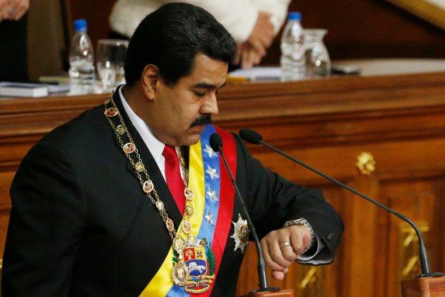 Maduro mira su reloj mientras da su discurso anual en la Asamblea Nacional en Caracas