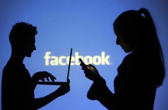 Personas posan frente al logo de Facebook en una fotografía tomada en Zénica