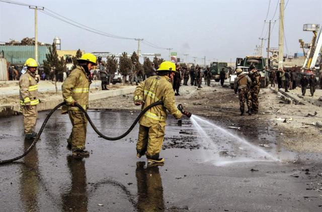 Bomberos limpian los restos de un atentado suicida perpetrado contra una misión policial europea en Kabul (Afganistán), hoy, lunes 5 de enero de 2015. Un civil de nacionalidad afgana murió y cinco resultaron heridos hoy en un ataque suicida contra un convoy de vehículos de la misión policial de la Unión Europea (UE) en Afganistán (EUPOL). El ataque ocurrió en torno a las 13.30, local (9.00 GMT) cuando el suicida detonó las bombas que portaba en su coche al paso de los vehículos de la EUPOL, dijo el portavoz de la Policía de Kabul, Hashmat Stanikzai. EFE/Jawad Jalali