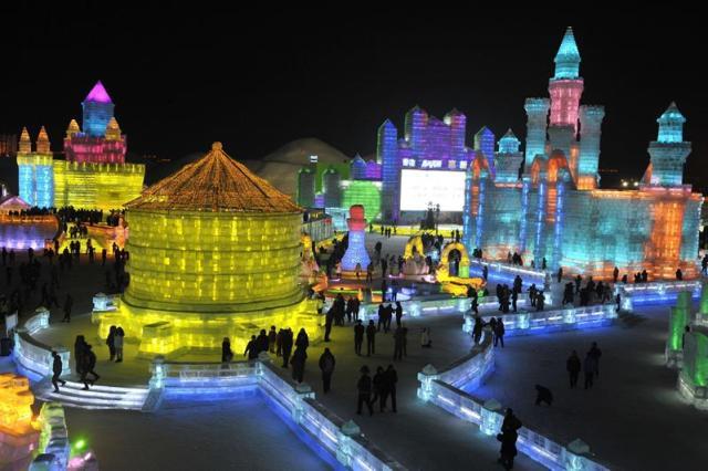 Visitantes contemplan las enormes esculturas de hielo en el 31 Festival Internacional de Hielo y Nieve de Harbin, en la ciudad de Harbin, en la provincia de Heilongjiang, en China, hoy, lunes 5 de enero de 2015. El festival ha comenzado hoy y permanecerá en la ciudad durante unos tres meses. EFE/Str