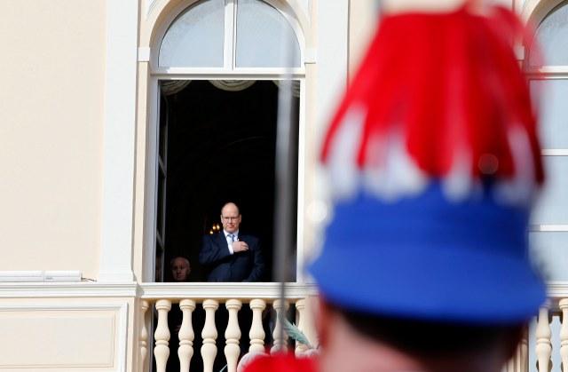 Foto: Príncipe Alberto II de Mónaco hace el signo de la cruz mientras asiste a la tradicional Santa Devota celebración procesión desde el balcón del Palacio en Mónaco, 27 de enero de 2015. Santa Devota, patrona del país, es una parte querida del patrimonio monegasca. REUTERS