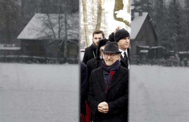 Foto: El director de cine Steven Spielberg (2ºdcha) asiste a una ceremonia durante los actos de conmemoración del 70º aniversario de la liberación del campo de exterminio de Auschwitz-Birkenau en Oswiecim (Polonia) hoy, 27 de enero de 2015. EFE