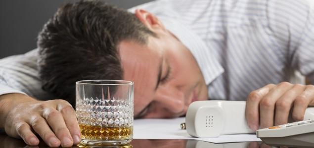 Foto: Trabajar en exceso aumenta el riesgo de alcoholismo / eleconomista.es