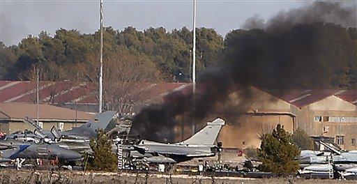 Foto: Una columna de humo se observa tras el accidente de un avión en una pista militar Albacete, España, el lunes 26 de enero de 2015. Un caza F16 griego que participaba en unas prácticas de vuelo de la OTAN en España dejó al menos 10 muertos y 21 heridos en una base área militar, informó el Ministerio de Defensa. AP