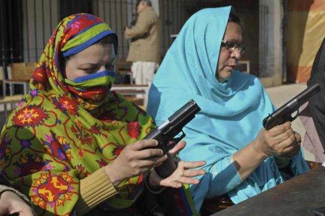 Foto: Maestras prueban pistolas mientras varias maestras asisten a una clase de uso de armas en Peshawar (Pakistán) hoy, martes 27 de enero de 2015. El Gobierno provincial lanzó un programa especial de entrenamiento para profesoras en la ciudad tras el ataque talibán contra una escuela gestionada por el Gobierno en el que murieron al menos 136 alumnos. Inicialmente ocho profesoras de Frontier College han recibido entrenamiento por parte de la policía de Peshawar. El entrenamiento básico se centra en cómo las maestras deben usar un arma y cómo cubrirse antes de intentar disparar. EFE