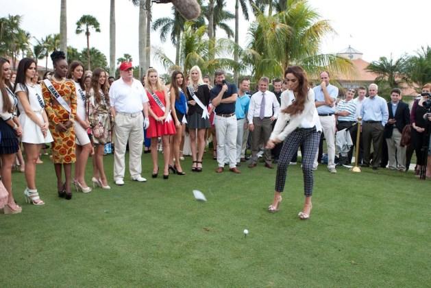 Miss Irlanda 2014 (d), quien juega golf hoy, lunes 12 de enero de 2015, en Doral (EE.UU.). La gala principal de Miss Universo se celebrará el próximo 25 de enero en un recinto deportivo de la Universidad Internacional de Florida (FIU), en un área no incorporada del Condado Miami-Dade. EFE
