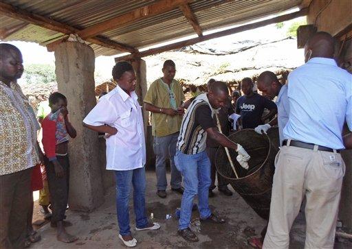 Foto: autoridades de Mozambique sacan muestras de un tanque de cerveza / AP