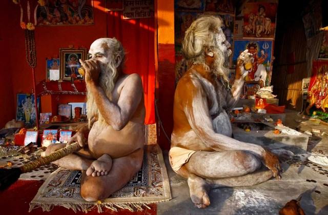 Naga Sadhus o santones hindúes, manchados de ceniza , beber té dentro de sus campamentos improvisados cerca de la confluencia de los ríos Ganges y el Golfo de Bengala , por delante de festival de Makar Sankranti en Sagar Island, al sur de Calcuta 13 de enero de 2015. Los monjes hindúes y peregrinos están haciendo su viaje anual a Sagar Island para el festival de un día de Makar Sankranti el miércoles . REUTERS